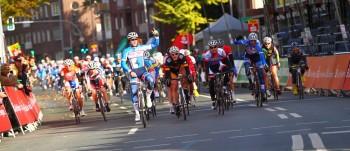Sprinter Roman Kuntschik bei seinem letzten von vier Sprintsiegen in dieser Saison beim Abschlussrennen, dem Münsterland-Giro. Links freut sich sein Teamkamerad Axel Hauschke, der den Sprint für ihn anzog und Sechster wurde. Foto: nh