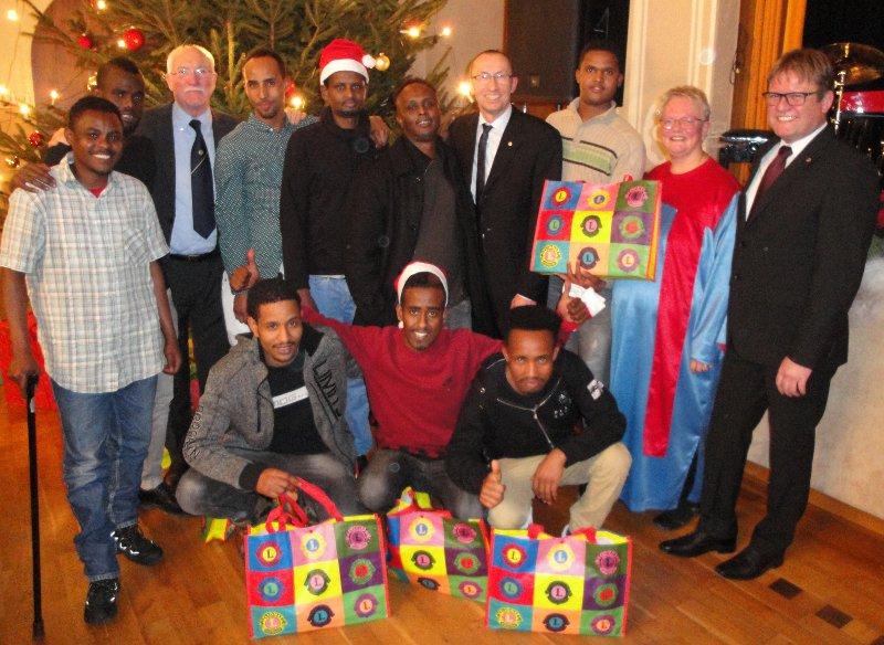 lions veranstalteten weihnachts benefiz f r fl chtlinge. Black Bedroom Furniture Sets. Home Design Ideas