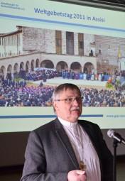 Bischof i.R. Dr. Roth referiert über Verantwortung der Weltreligionen. Foto: Reinhold Hocke