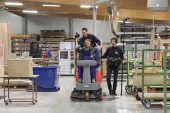 So macht Arbeit Spaß: hr-Moderatorin Rebecca Rühl und ihr Team erproben in der Produktionshalle der Firma Ehring die Reinigungsmaschine. Foto: nh