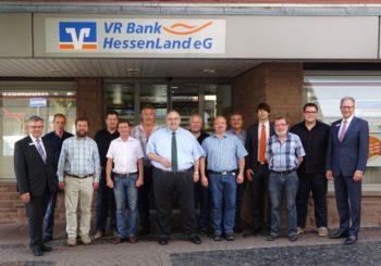 Die Bernd Siebert MdB (7. von links) gemeinsam mit der CDU Schwalmstadt zu Besuch bei der VRBank HessenLand. Mit dabei waren: Vorstandsvorsitzender Helmut Euler (ganz rechts), Vorstand Werner Braun (ganz links), Marktbereichsleiter Mirco Otto (4. von rechts), Stadtverbandsvorsitzender Christian Brück (2. von rechts), Stadtverordnetenvorsteher Reinhard Otto (5. von rechts), Fraktionsvorsitzender Karsten Schenk (7. von rechts) und Bürgermeisterkandidat Frank Pfau (5. von links). Foto: nh