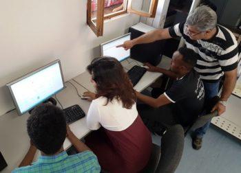 Auch die Arbeit am PC gehörte zur Eignungsfeststellung. Für uns selbstverständlicher Teil der Arbeitswelt, ist der Gebrauch von Tastatur, Suchmaschinen und Internet-Browser für viele geflüchtete Menschen ungewohnt. Foto: Arbeit und Bildung e.V.