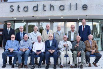 Jubilare aus dem Schwalm-Eder-Kreis: Vorne sitzen Helmut Schelberg (60 Mitgliedsjahre, Borken), Karl Pfaff (65 Mitgliedsjahre, Edermünde), Friedrich Armbröster (70 Mitgliedsjahre, Guxhagen), Jürgen Hoffmann (65 Mitgliedsjahre, Felsberg), Karl Imke (65 Mitgliedsjahre, Körle), Alfred Schneider (60 Mitgliedsjahre, Edermünde) und Nikolaus Semmelroth (60 Mitgliedsjahre, Homberg). Hinten stehen Oliver Dietzel (Erster Bevollmächtigter IG Metall Nordhessen), Manfred Klusendick (60 Mitgliedsjahre, Borken), Helmut Schröder (60 Mitgliedsjahre, Borken), Helmut Schütz (60 Mitgliedsjahre, Edermünde), Heinrich Rausch (60 Mitgliedsjahre, Niedenstein), Norbert Schlordt (60 Mitgliedsjahre, Niedenstein) und Stefan Körzell (DGB-Bundesvorstand). Foto: Martin Sehmisch