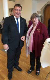 Ingeburg Wittich mit dem Staatssekretär für Europaangelegenheiten Mark Weinmeister. Foto: nh