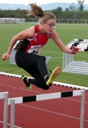 Lynn Olson bei ihrem 100m-Hürdendebüt, das sie nach 18,03 Sekunden beendete. Foto: nh