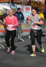 Isabel Poguntke und Lisa Arend liefen die 10 Kilometer Seite an Seite und belegten am Ende gemeinsam den 34. Platz. Foto: nh