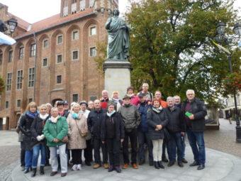 Die Reisegruppe vor dem Kopernikus-Denkmal in Thorn. Foto: D. Werkmeister