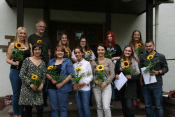 Die zwölf frisch gebackenen Erzieherinnen, Heilerziehungspflegerinnen und -pfleger an ihrem letzten Tag an der Hephata-Akademie. Foto: nh