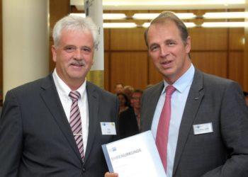 Gold-Prüfer Udo Kolbe (links, Kraftwerksgruppe Pumpspeicherkraftwerke Edersee / Uniper) hat die Ehrennadel von IHK-Präsident Jörg Ludwig Jordan erhalten. Foto: IHK / Funck