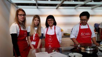 Ganz auf Englisch: Anna-Sophie und Elisabeth lernten indonesisch zu kochen. Foto: nh