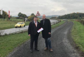 Staatssekretär Weinmeister (links) bei der Übergabe der Bescheide mit Waberns Bürgermeister Claus Steinmetz. Foto: nh