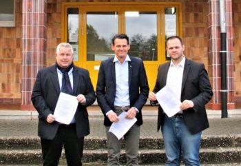 Die Fraktionsvorsitzenden Karsten Schenk (CDU), Constantin Schmitt (FDP) und Engin Eroglu (FWG) vor der Grundschule in Ziegenhain. Foto: nh