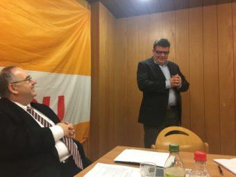 Versammlungsleiter Bernd Siebert, MdB, und Marc Liebermann, während dessen Grundsatzrede. Foto: nh