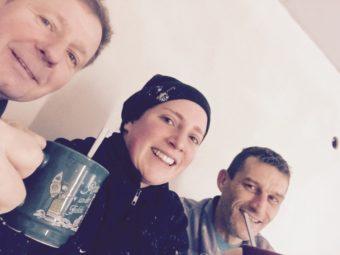 """Pause für die Maler und Lackierer Jörg Falk (54), seine Tochter Stephanie Falk (30) und Heiko Brämer (44). Stephanie Falk machte dabei das Foto, schickte es zu HIT RADIO FFH und gewann bei """"Hör Dein Selfie"""" 1000 Euro. Foto: FFH"""