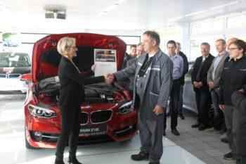 Frau Knebel (BMW Group) und Herr Jacob (Bösser), im Hintergrund Herr Klinder (BerufsschulCampus), Herr Bachmann (Bösser) Herr Liese (BerufsschulCampus) und Herr Göbert (BerufsschulCampus) (v.l.). Foto: Heidrun Spenner