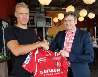 Lasse Mikkelsen bei der Vertragsunterzeichnung mit MT-Vorstand Axel Geerken. Foto: nh