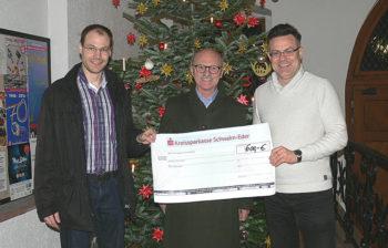 Dr. Christian Nöding und Bernd Herbold übergaben einen symbolischen Scheck in Höhe von 600 Euro an Pressesprecher Uwe Dittmer (v.l.). Foto: Gundula Michel