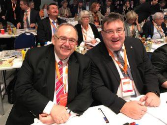 Bundestagsabgeordneter Bernd Siebert gemeinsam mit Staatsekretär Mark Weinmeister in den Reihen der hessischen Delegierten. Foto: nh