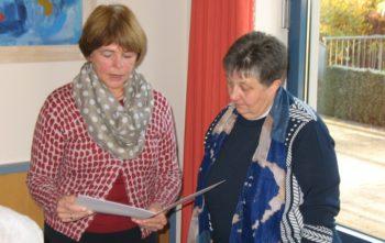 Geschäftsbereichsleiterin Wirtschaft und Versorgung, Inge Fleschenberg (links), überreicht Elsbeth Mette zum Abschied eine Urkunde. Foto: nh