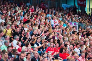 Zuschauer in der Rothenbach-Halle Kassel. Foto: Alibek Käsler
