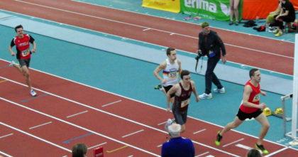 Zielfoto vom 800m-Lauf der Männer - Christian Schulz belegt mit Bestzeit von 2:00,36 Minuten den vierten Platz. Foto: nh
