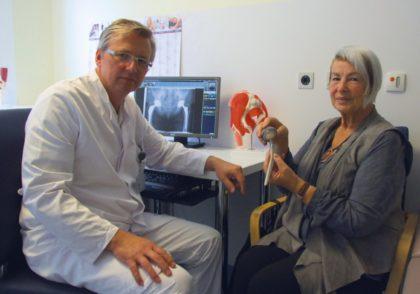 Voll des Lobes: Antonia Behrenz mit einer Hüftprothese in den Händen. Ihr wurde vor einiger Zeit ein solches Implantat von Chefarzt Dr. Karol Stiebler (links) unter Anwendung des AMIS-Verfahrens im Endoprothetik-Zentrum des Klinikums Schwalmstadt eingesetzt. Foto: Klein