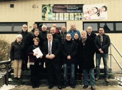 Bürgermeister Klemens Olbrich (Vierter von links), Staatssekretär Mark Weinmeister (Dritter von links) mit Mitgliedern des Magistrats, Ortsvorsteher und Bauamt. Foto: nh