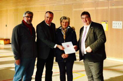 Dieter Groß (Vorsitzender Gemeindevertretung Oberaula), Klaus Wagner (Bürgermeister Oberaula), Renate Raab (stellv. Bauamtsleiterin Oberaula) und Staatssekretär Mark Weinmeister (v.l.). Foto: nh