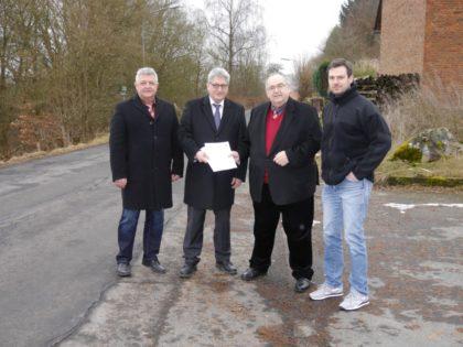 Erster Beigeordneter Michael Stuhlmann, Bürgermeister Rainer Barth, Bernd Siebert MdB und Fraktionsvorsitzender Philipp Vestweber (v.l.). Foto: nh