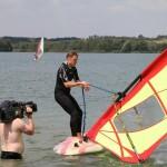 """Premiere auf dem Surfbrett für Moderator Jens Kölker. Trotz fachkundiger Unterstützung durch den Borkener Surf-Club landete er mehrfach im Wasser. Fazit: """"Das ist kein Sport für mich!""""sb."""