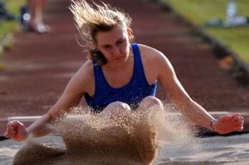 Nach einem spannenden Wettkampf setzte sich Celine Kühnert im Weitsprung mit 4,92 m gegen Katharina Wagner (4,87 m) durch. Foto: nh