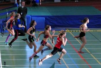 Im ersten von drei Zwischenläufen setzte sich Luisa Scheu (Eintracht Frankfurt) in 8,31 Sekunden vor Dany Melanie (Hanau, 8,46 Sek.) und Sophia Stergiou (Seligenstadt, 8,51 Sek.) durch.  Den vierten Platz belegte Charlotte Föller (Schlüchtern) mit 8,58 Sekunden vor Kim Hagemann (8,62 Sek.) und Lisa Elsweiler (Seligenstadt), die 8,67 Sekunden erreichte. Foto: Alwin J. Wagner