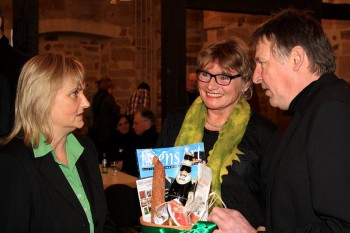 Dr. Bettina Hoffmann, Bundestagsabgeordnete der Grünen Daniela Wagner (mit Präsentkorb) und Fraktionsvorsitzender Hermann Häusling. Foto: Andreas Grabczynski