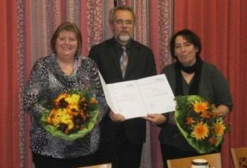 Feierstunde: Adelheid Walck (re) und Anja Bechtel ( links) begingen gemeinsam die Dienstjubiläen. Hephata-Direktor Peter Göbel-Braun (Mitte) gratuliert den Jubilarinnen. Foto: nh