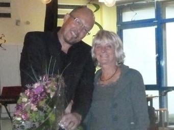 Verabschiedung: Rolf Muster überreicht Christa Müller-Brodmann einen Blumenstrauß mit den besten Wünschen für Zukunft. Foto: Kerstin Thiel