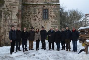 Die Bundestagsabgeordneten Bernd Siebert (CDU) (5.v.r.) und Dr. Edgar Franke (SPD) (4.v.r.), sowie der Bürgermeister der Gemeine Oberaula Klaus Wagner (CDU) (6.v.r.) trafen sich mit dem Präsident des Landesamtes für Denkmalpflege Prof. Gerd Weiß (4.v.l.) und dem Leiter der Außenstelle Marburg Prof. Peer Zietz (3.v.l.) in Schloss Hausen, Oberaula, um über die Rettung des Schlosses zu beraten. Foto: nh