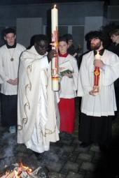 Pfarrer Joseph Nzati Mabiala mit der entzündeten Osterkerze. Foto: Alwin J. Wagner
