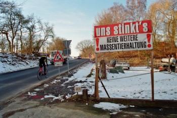 Protestschild gegen Massentierhaltung in Metze. Foto: Jörg Warlich