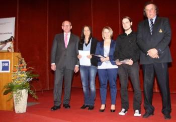 IHK-Präsident Dr. Martin Viessmann, Carolin Hartung, Doreen Köster, Jonas Faber und Jürgen Peters (IHK-Geschäftsführer Aus- und Weiterbildung). Foto: Meyer-Peters