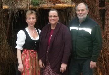 Die Vorsitzende des Köhlervereins Jesberg e.V. Kerstin Zülch (Köhlerliesel), Andrea Schink-Werner vom AKHD und Heinz-Georg Müller (Kassierer des Köhlervereins) (v.l.). Foto: nh