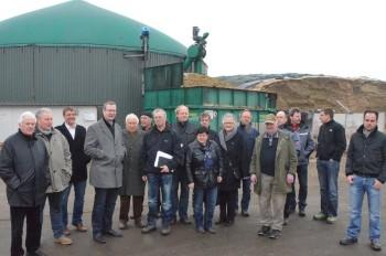 Besucher der BioGasAnlage Mosheim  mit Börn Sänger (MdB/FDP) (4. v.l.) und der Mosheimer Gastgeber Hans-Werner Hocke (7. v.l.). Foto: Reinhold Hocke