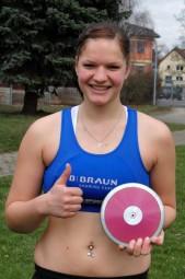 Optimistisch kann sie in die Zukunft schauen:  Janina Rohde, die sich zum Auftakt der Leichtathletik-Saison 2013 in Bebra bereits für die Landesmeisterschaften der U18 sowie der U20 qualifizieren konnte. Foto: Alwin J. Wagner