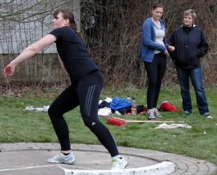 Die 21-jährige Lisa Arend überzeugte mit 10,23 m nicht nur im Kugelstoßen der Frauen, sie verbesserte sich auch im Hammerwerfen um fast ´zwei Meter und belegte bei den ersten Freiluftmeisterschaften im Stadion zwei unerwartete dritte Plätze. Foto: Alwin J. Wagner