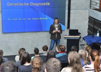 Dr. Saskia Biskup im Gespräch mit Melsunger Schülern. Foto: nh
