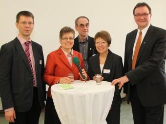 Podiumsteilnehmer: Prof. Dr. Ulf Liedke, Barbara Eschen, Prof. Dr. Willehad Lanwer, Sabine Leutiger-Vogel und Bischof Prof. Dr. Martin Hein (v.l.). Foto: nh