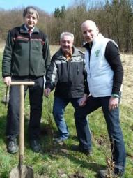 Drei für den Klimaschutz: Detlef Stys (stellvertretender Landesbetriebsleiter Hessen-Forst), Jörg Müller (Bürgermeister Gemeinde Knüllwald) und Michael Weidmann (Vorstandsmitglied Sparda-Bank Hessen, v. l.). Foto: nh