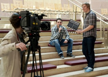 """Schüler beim Dreh ihres Videos für den hr-Wettbewerb """"Meine Ausbildung Schüler führen selbst Regie"""". Foto: hr/Benjamin Knabe"""