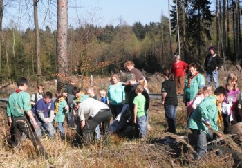 Die Mitglieder des Köhlervereins beim Bäumepflanzen mit den evangelischen Pfadfindern. Foto: nh