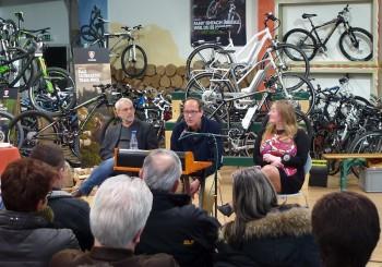 Michael Geise (Brückenbuchhandlung), Autor Volker Schnell und Nancy Konradt (Kurhessen-Lädchen) begrüßten ihre Gäste im Radhaus. Foto: Björn Schönewald