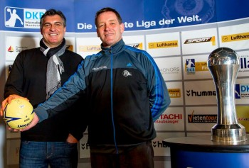 Die beiden Trainer vor dem Pokal-Duell beim Shakehands: Michael Roth (MT Melsungen, li.), Alfred Gislason (THW Kiel). Das Objekt der Begierde steht schon in Reichweite. Foto: HBL/Sascha Klahn